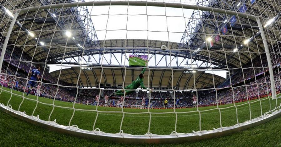 Junio 14 de 2012 - El guardameta de la selección croata, Stipe Pletikosa, se lanza para tapar un tiro de su rival, la selección italiana, en el encuentro de la Euro 2012. (AFP/VANGUARDIA LIBERAL)