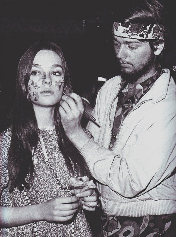 Face-painting hippies  7725d5eaf05