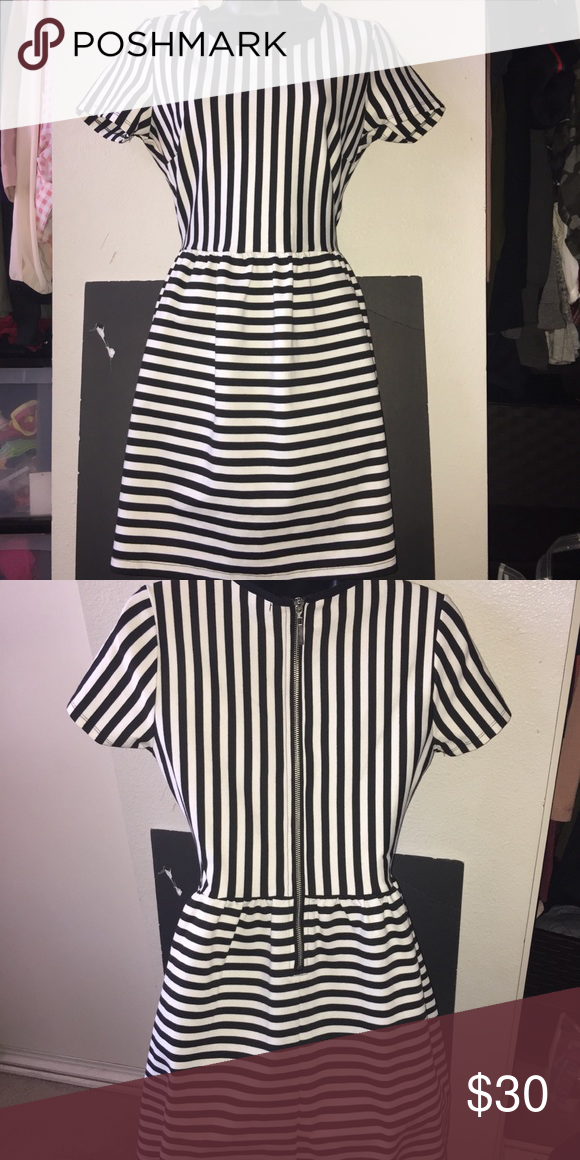 🖤BLACK AND WHITE DRESS🖤 Black and white patterned dress. In excellent condition. Never worn. The back zips up and is roughly knee length. SIZE MEDIUM Forever 21 Dresses