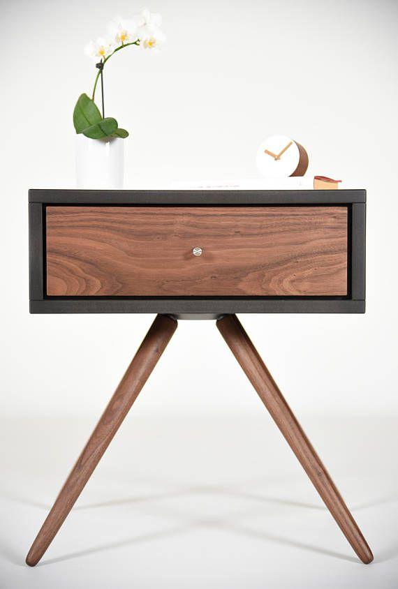 Comodino Con Cassetto In Noce Massello In Stile Scandinavo Etsy Comodini Design Di Mobili Arredamento