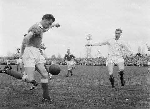 Zaagmuldersweg 63 Groningen stadion Oosterpark 18 April 1960           G.V.A.V. tegen F.C. Wageningen. Rikkert la Crois in de aanval