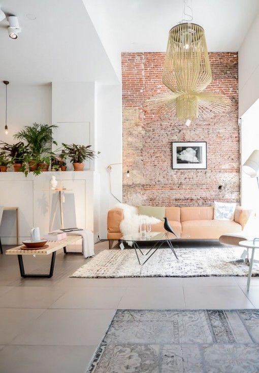 Salon à la décoration élégante avec mur de briques Salons