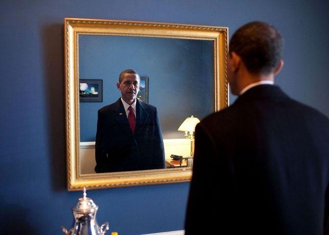 Barack Obama si po zvolení dopozície prezidenta vzákulisí amerického Kongresu kontroluje svoj oblek.