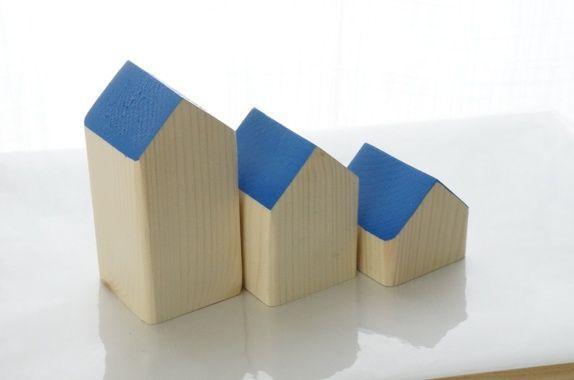 Hus - 3 småhus med blått tak  tre, treleke, leke, leker, hus, interiør, pynt, moderne, barn, lek, snekkerdattera, dåp, bursdag, gave, snekkerdattera