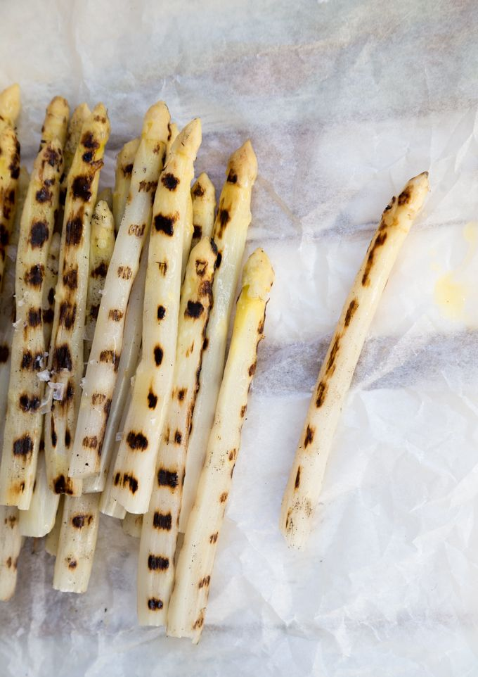 Grilled white asparagus. http://www.jotainmaukasta.fi/2017/05/07/grillattu-valkoinen-parsa/