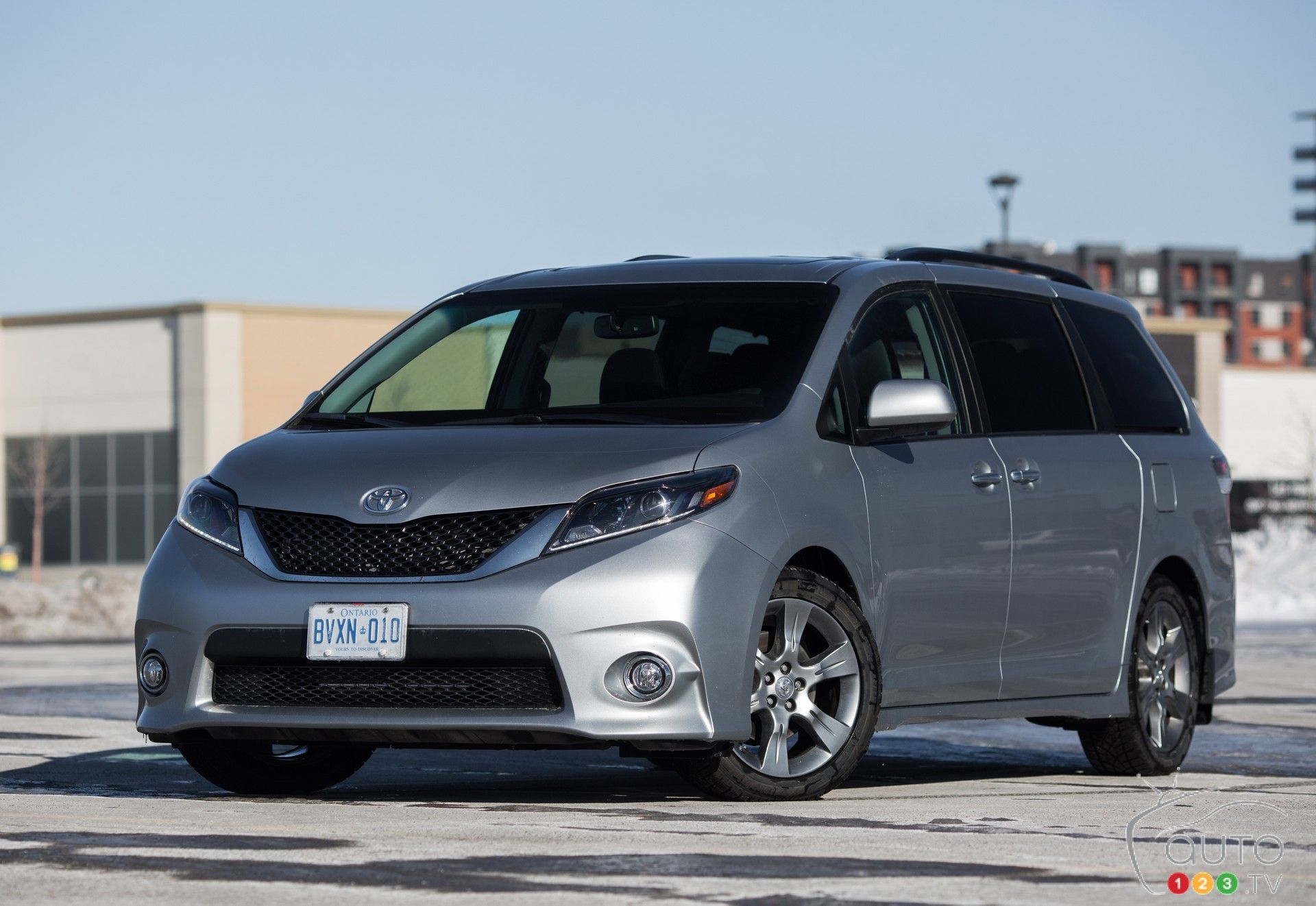 2015 toyota sienna se review auto123 as a minivan one of few the 2015 toyota sienna. Black Bedroom Furniture Sets. Home Design Ideas