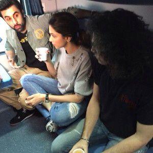 Deepika Padukone And Ranbir Kapoor Get On A Train For Tamasha Promotions Deepika Padukone Ranbir Kapoor Tam