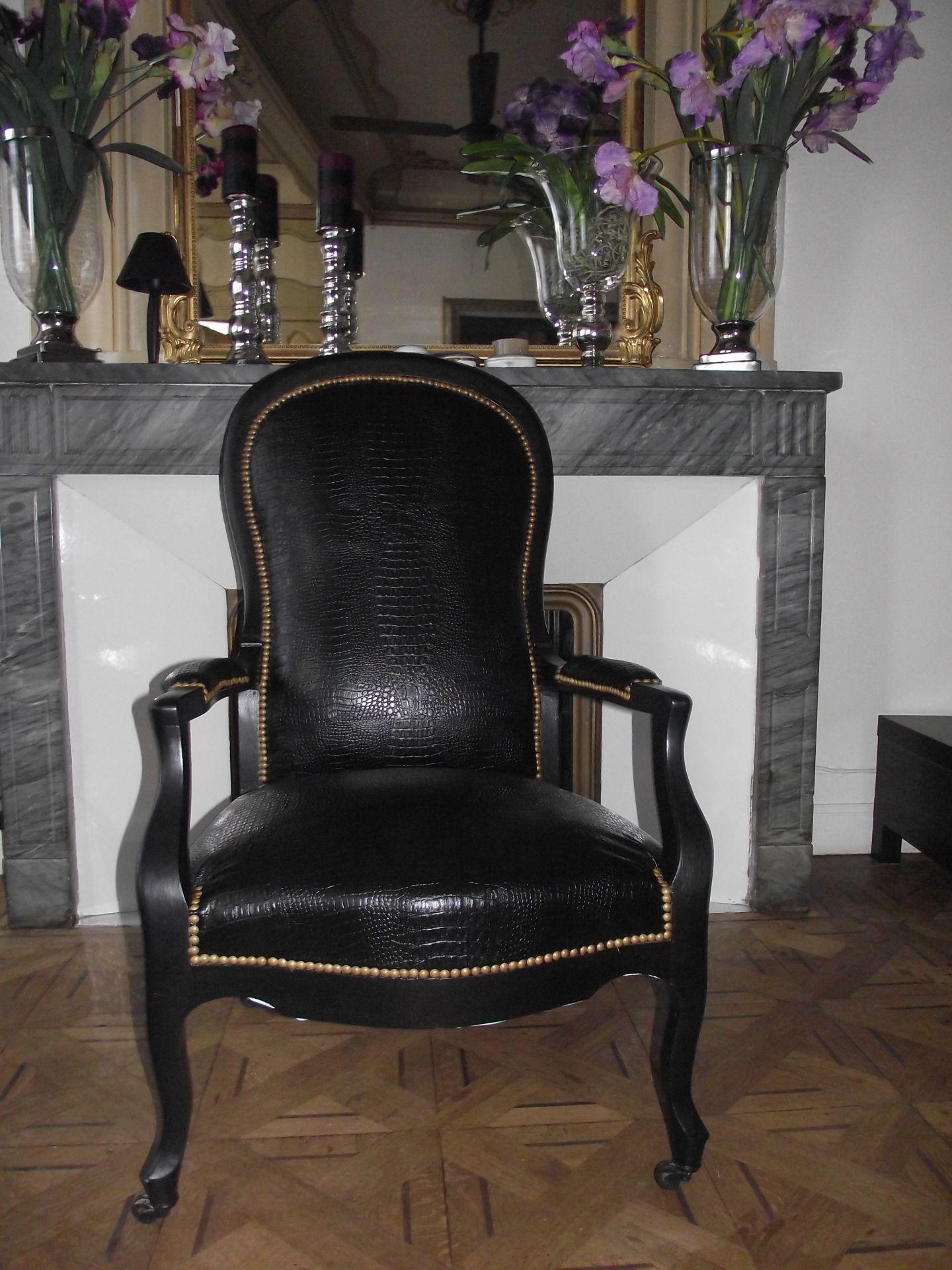 fauteuil voltaire noir en sky noir croco sur roulettes inspiration relooking furniture diy. Black Bedroom Furniture Sets. Home Design Ideas