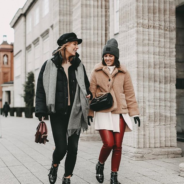 Winter Outfit Inspiration rote Leder Hose schwarze
