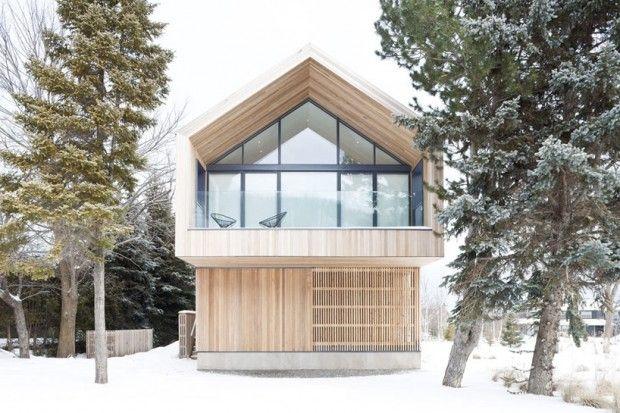 Ce chalet contemporain est situé aux pieds des montagnes et dune station de ski