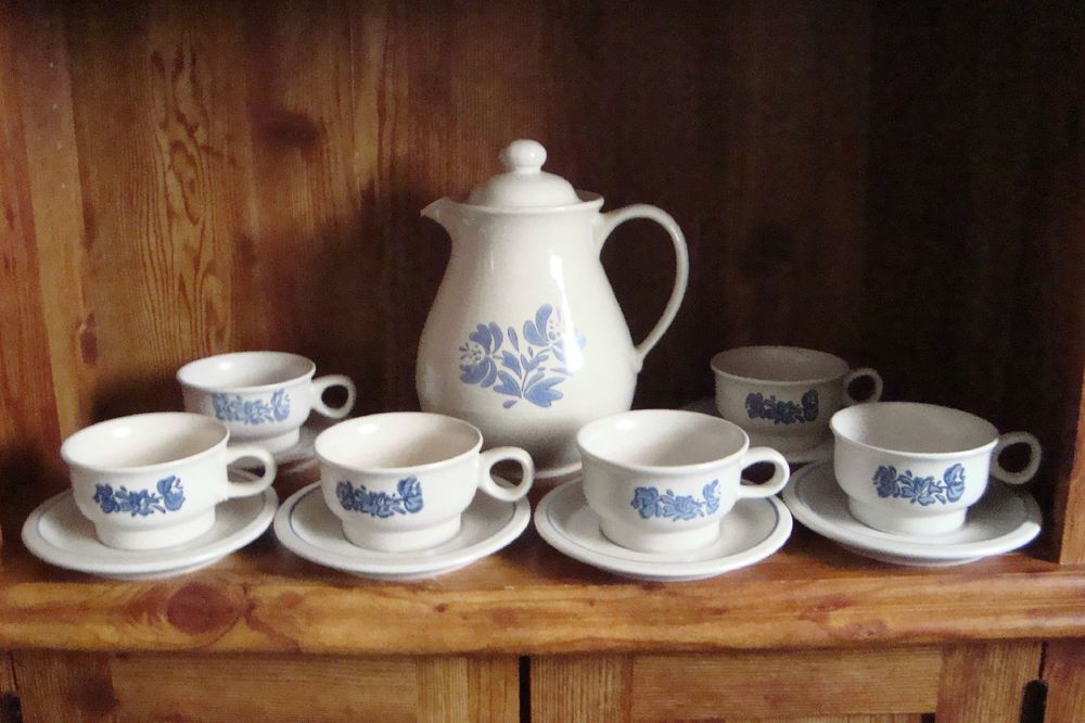 vintage pfaltzgraff yorktowne 6 coffee mugs and saucers with coffee pot