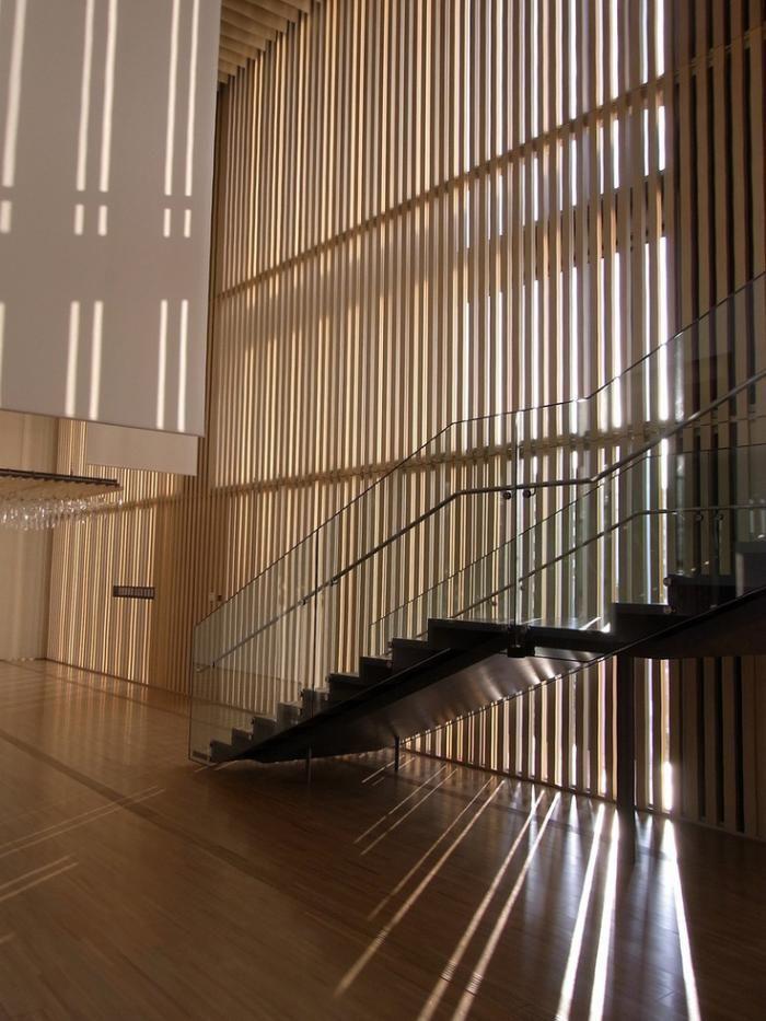 brise soleil moderne en bois et escalier élégant