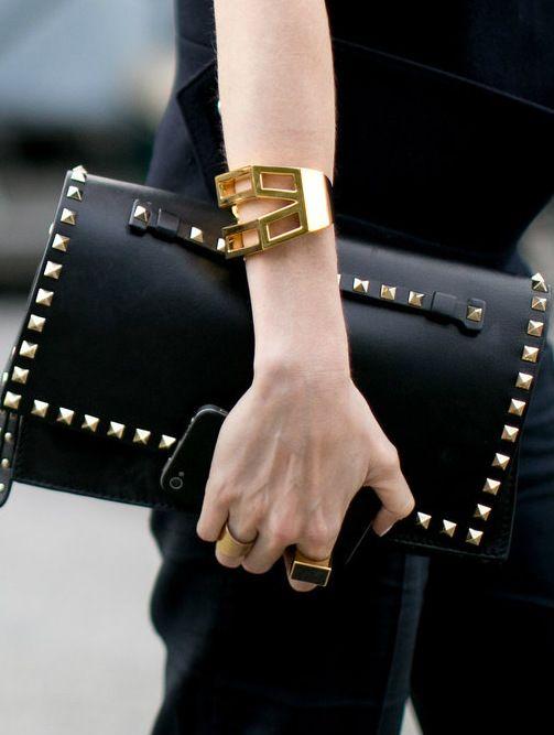 nueva colección d1f35 f6dac Valentino Clutch cartera mano negra con tachuelas | bolsos ...