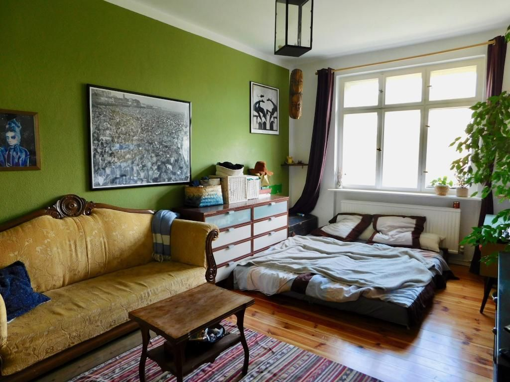 Hübsches WG-Zimmer mit grüner Wand und Vintage-Sofa #Nostalgie ...
