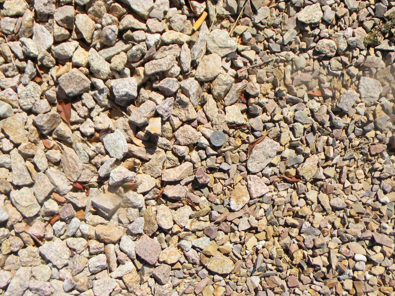 Palomino Coral Gravel 3 4 Screened And On The Right Apache Brown Gravel 5 8 Screened Both Of These Products Are Very Free Landscape Design Gravel River Rock
