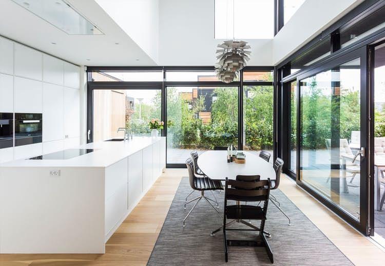 cozinha brilhante, com grandes janelas