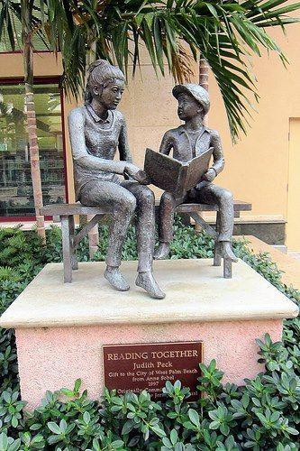 Escultura de Judith Peck Se encuentra en la Biblioteca Pública de West Palm Beach