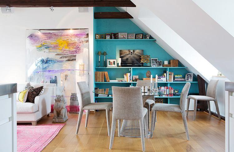 Pasztell színek a falakon, szőnyegen, nagy képeken - színes tetőtéri lakás