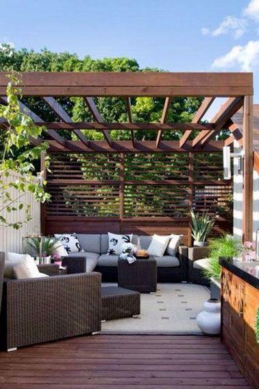 Salon de jardin en déco terrasse avec petite pergola et brise-vue ...