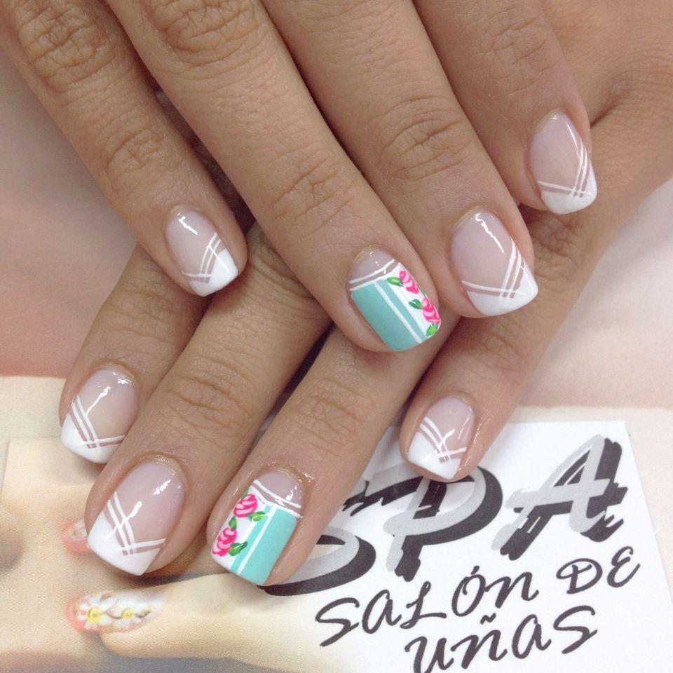 Uñas frances blanco v acento turquesa blanco flor vintage uñas in