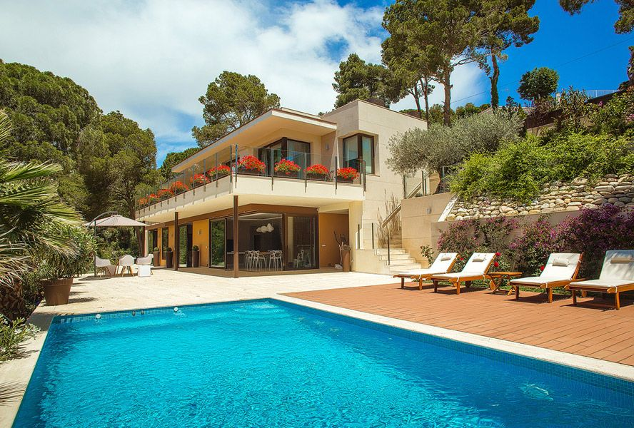 Second Home Dreams This Beautiful House In Spain Has An Astonishing View To The Costa Brava Perfect Place To Haus Am Meer Kaufen Haus Am Meer Einfaches Haus