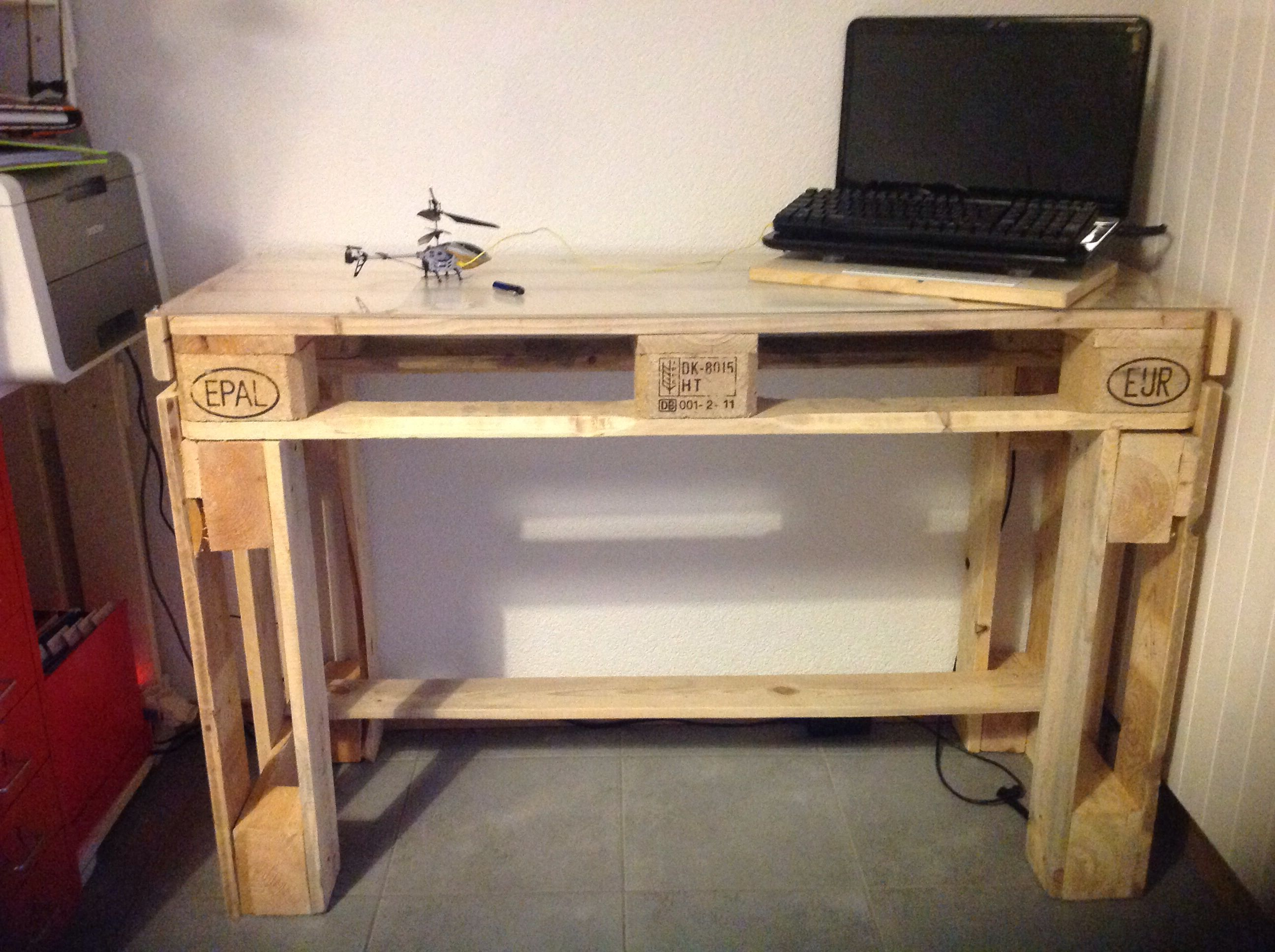 Palette office desk. 2 hours, 2 palettes and you're done. I added an acrylic at the top. ;)