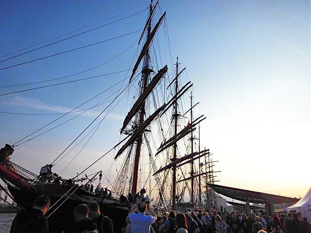 Showing Appreciation!... . . #classic #vintage #ship #people #photography #ships #classicship #vintageship #portofhamburg #Hamburg #dask #sunrise #sunshine #sunset #photooftheday #hamburg_de #hamburgcity #hafencity #hafen #hamburghafen #hamburgliebe #germany #europe #bluesky #travel