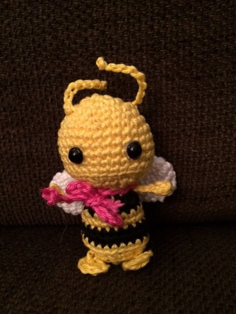Mit dieser kostenlosen Anleitung kannst du eine süße kleine Biene ...