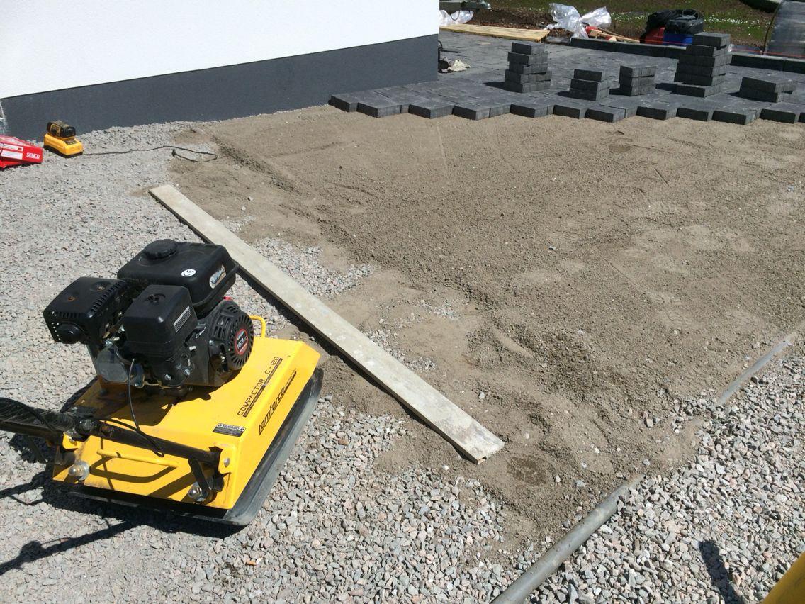 Ensin tehdään pohjat kuntoon.   Pihakivet asennetaan routimattomalle, tiivistetylle murskesora pohjalle, jonka päälle levitetään asennushiekka kerros. http://www.rudus.fi/pihakivet
