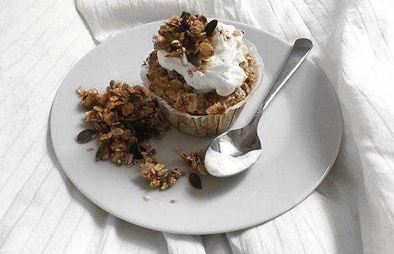 Bagt havregrød er den perfekte morgenmad, og specielt med en masse lækre og forskellige superfoods som topping. Havregrøden minder lidt om mellemting mellem grød og kage, og minder derfor ikke om den ellers kedelige skål med havregyn eller havregrød. Så hvis du er ligeså vild med tanken om sund og mættende morgenmad der minder om kage, og har lidt ekstra tid om morgenen, er dette den perfekte ret. Opskriften i sig selv er ret simpel og kan tilpasses efter ens egne behov, d...