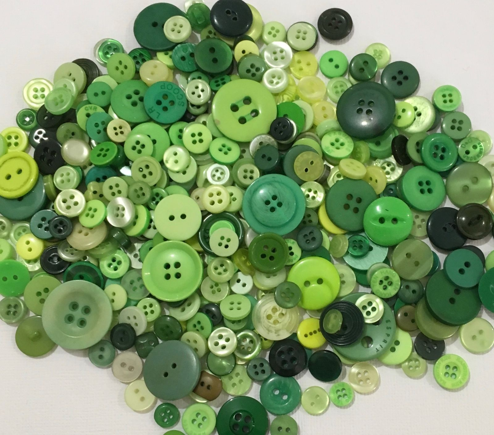 Green Buttons 100pcs Assorted Shades /& Sizes Bulk Lot Aussie Seller