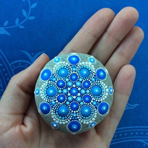 Mandala de la gota joya pintada piedra por ElspethMcLean en Etsy