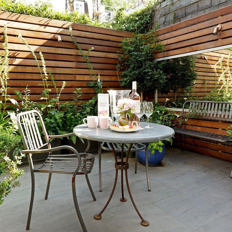 Giardini Idee Da Copiare, Tavolo Rotondo E Sedia In Ferro Battuto,  Recinzione Alta In