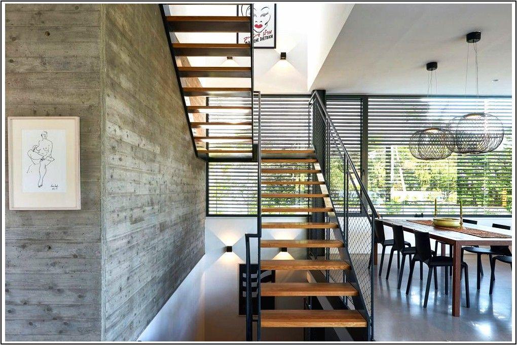 Accogliente casa di famiglia con un piano superiore ...