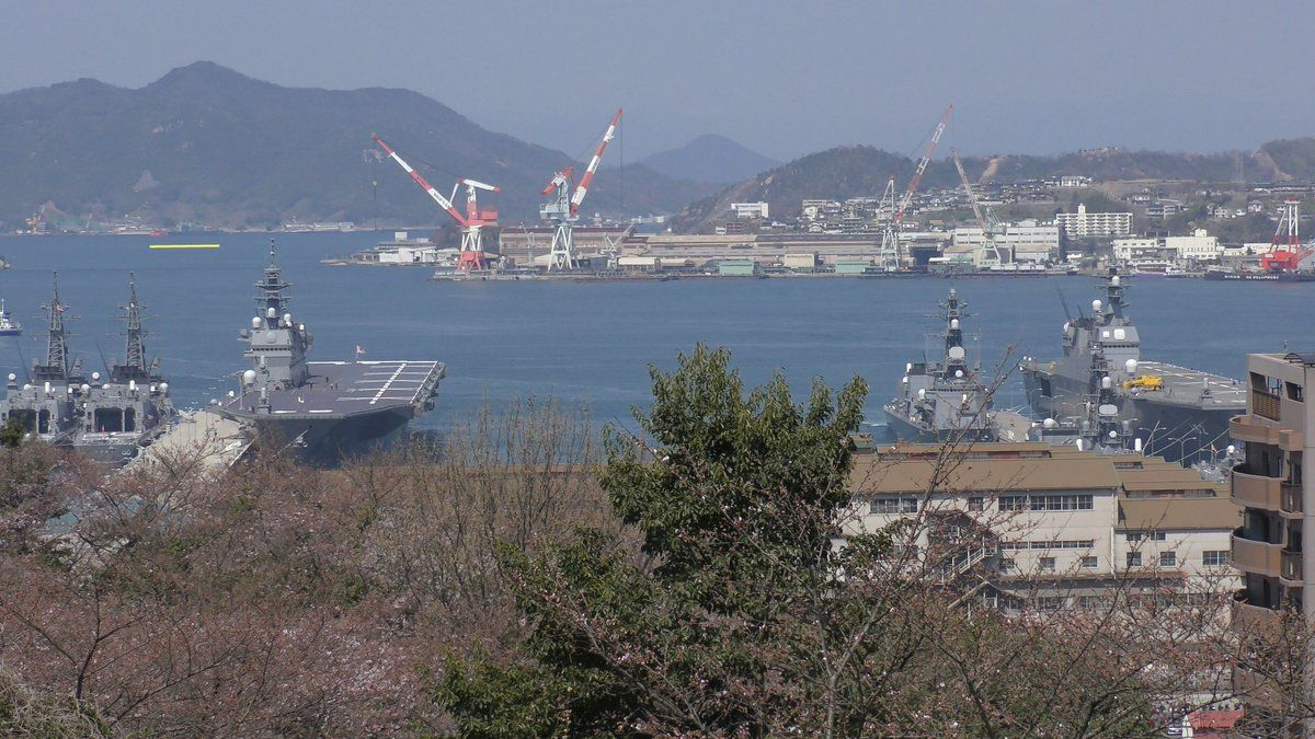 ひでむら @hidemura_2009     フォロワーさんに教えて頂いたのだが、昨日のこの写真、左に最新護衛艦かが、右に護衛艦いせ、そして左奥の黄線のところに今は廃艦されて標的艦に換装された元・護衛艦しらねがいるという、ヘリコプター搭載護衛艦(DDH)3世代揃い踏みだったことが判明w