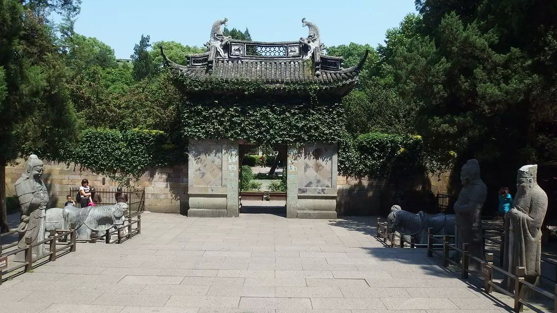 The grave of Yue Fei 岳飞的墓