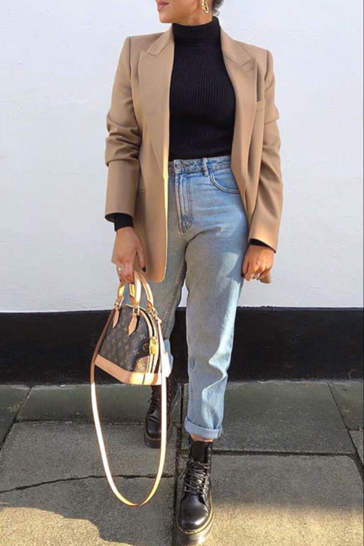 Mode Frauen Herbst / Winter mit Mama Jeans ein schwarzes Rollkragenpullover ein bei Blazer .....