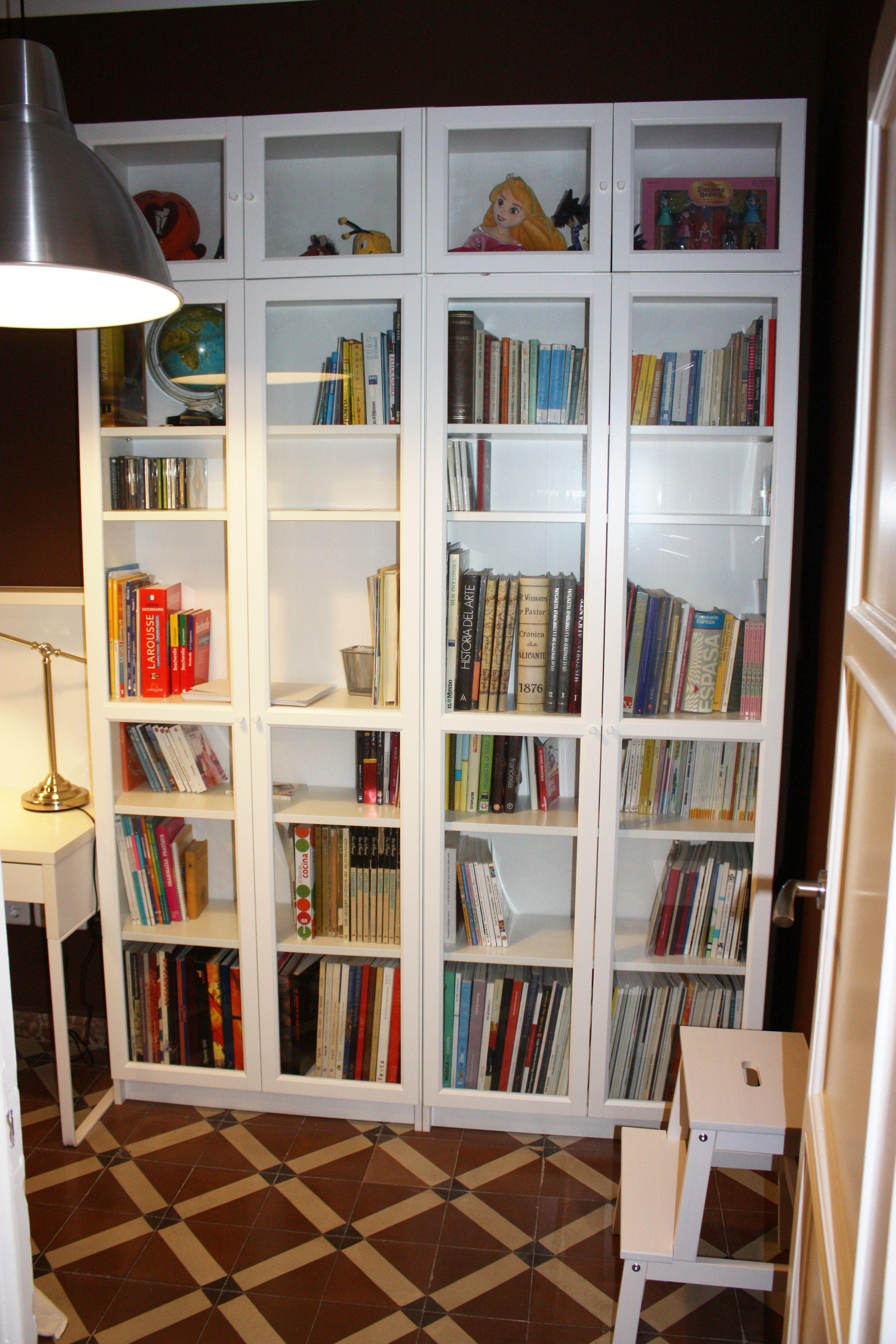 Biblioteca muebles y l mpara de ikea en blanco y metal for Muebles bajo escalera ikea