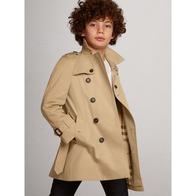 0f0061a230d7 The Wiltshire is a classic-fit trench coat featuring raglan sleeves.