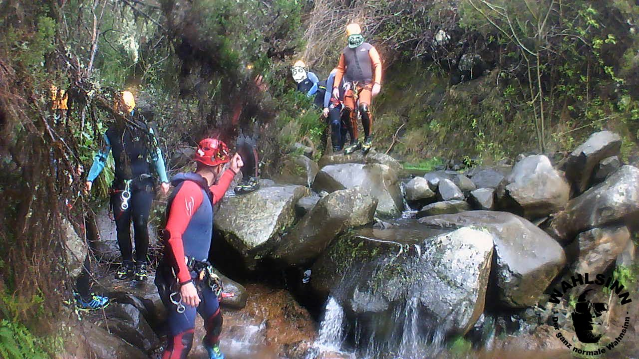 Canyoning - Die Gruppe folgt dem Rothelm