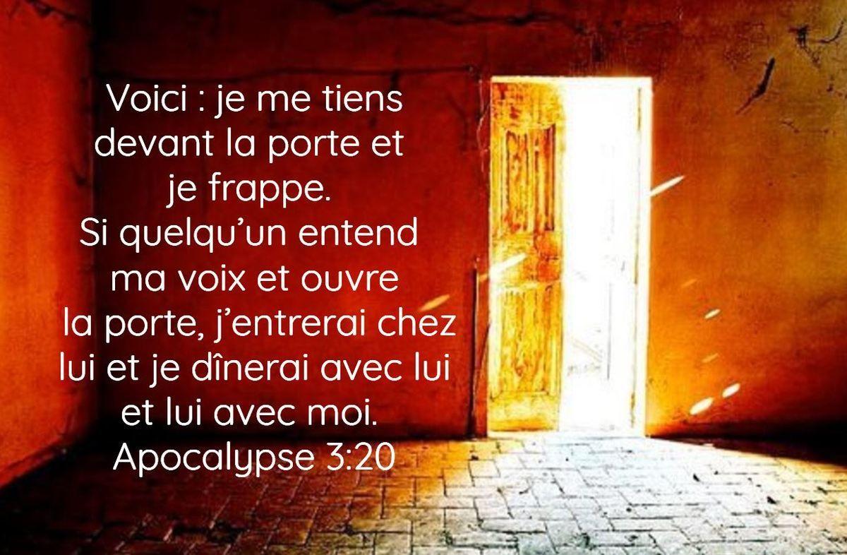 Voici : je me tiens devant la porte et je frappe. Si quelqu'un entend ma  voix et ouvre la porte, j'entrerai chez lui et je… | Apocalypse, Ouvre,  Citations bibliques