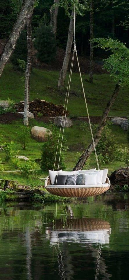 increble sof columpio sobre un lago y alrededores verdes