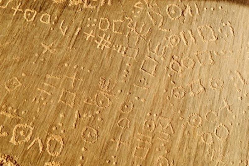 Touareg script (tifinagh) sur la pierre, gravures rupestres, votre Hakit Tassili du Hoggar,, Wilaya de Tamanrasset, en Algérie, le Sahara