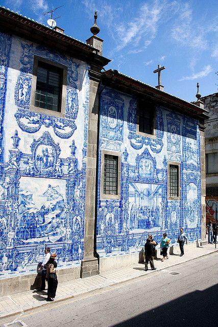 Azulejos dit is een Portugees/Andalusische kunstvorm. Het zijn keramieken tegels waarop verschillende taferelen zijn geschilderd. Hier zijn de voorgevels van de huizen ermee betegeld.