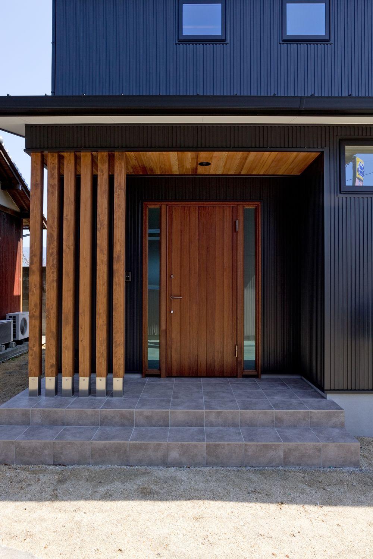 真っ黒ガルバのかっこいいオウチ 木製玄関ドアに 天井は無垢レッド