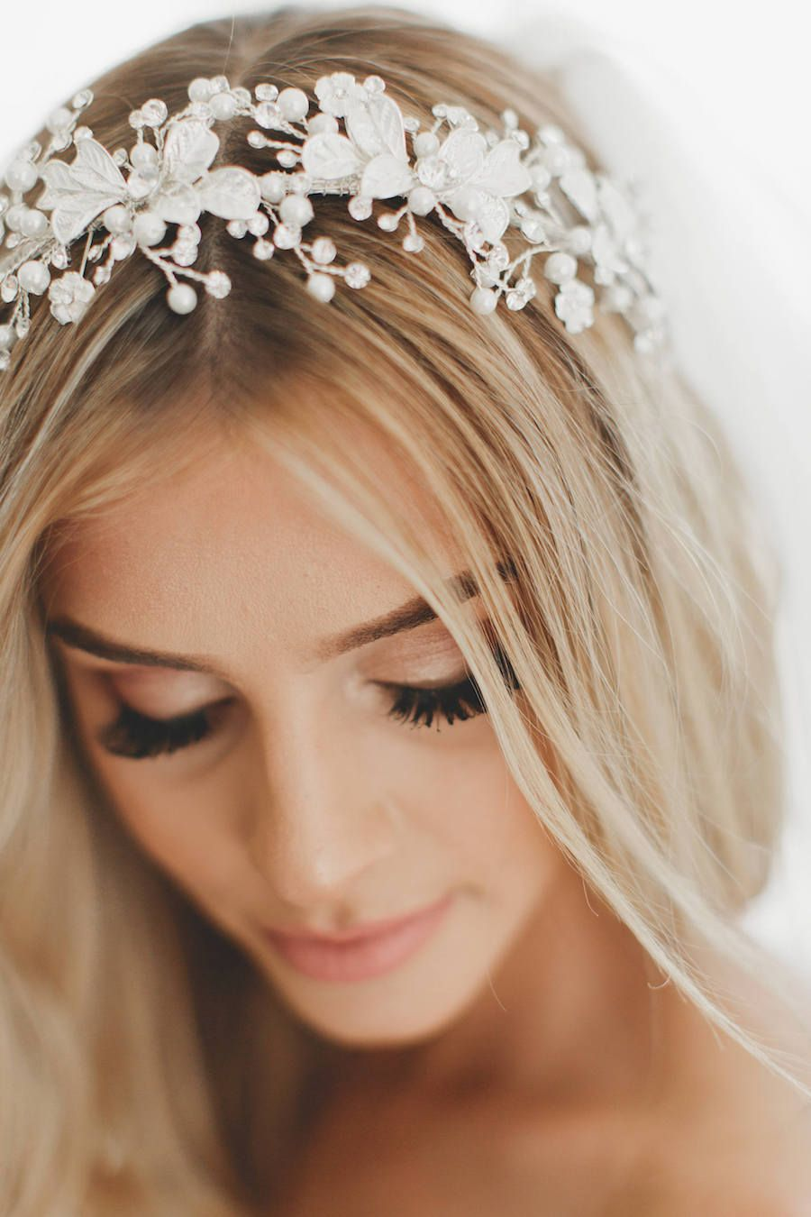 20 Gorgeous Bridal Headpieces For Sophisticated Brides Wedding Halo Headpiece Wedding Veils Headpieces Bride Headpiece