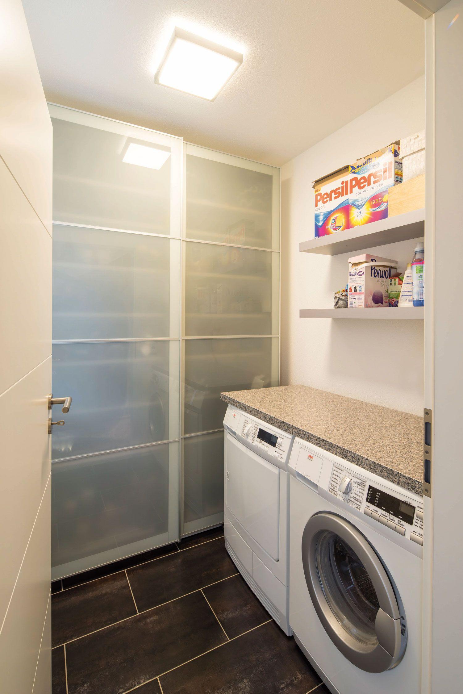 Abstellkammer und Waschraum mit Waschmaschine