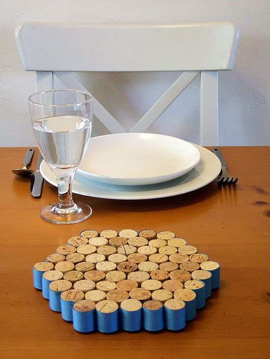 Wine cork trivet. thread on edge ones, brilliant love the idea in sewing room. use as pin cushion.