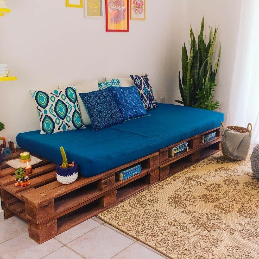 Sala de estar super aconchegante com um lindo sofá de pallets, muitas almofadas e uma composição de quadros na parede. Fonte: @diycore  #palete #pallet #pallets #living #livingroom #sala #saladeestar #Família #palettendeko