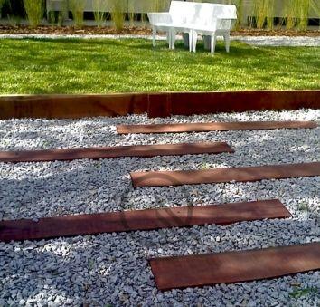 Camino de durmientes mesas y bancos de madera de for Mesas de madera para jardin